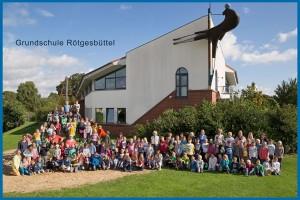 Außenansicht Schule mit Schülern und Lehrern 2015